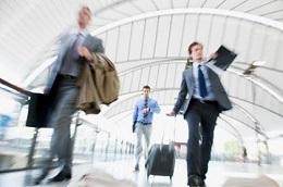 immagine uomini in abito che corrono in aeroporto
