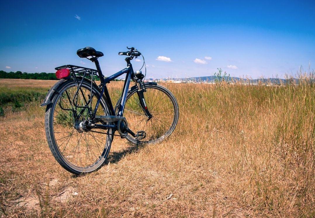 Bicicletta e paesaggio di campagna