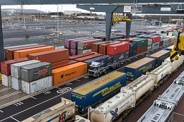 immagine di containers in zona portuaria